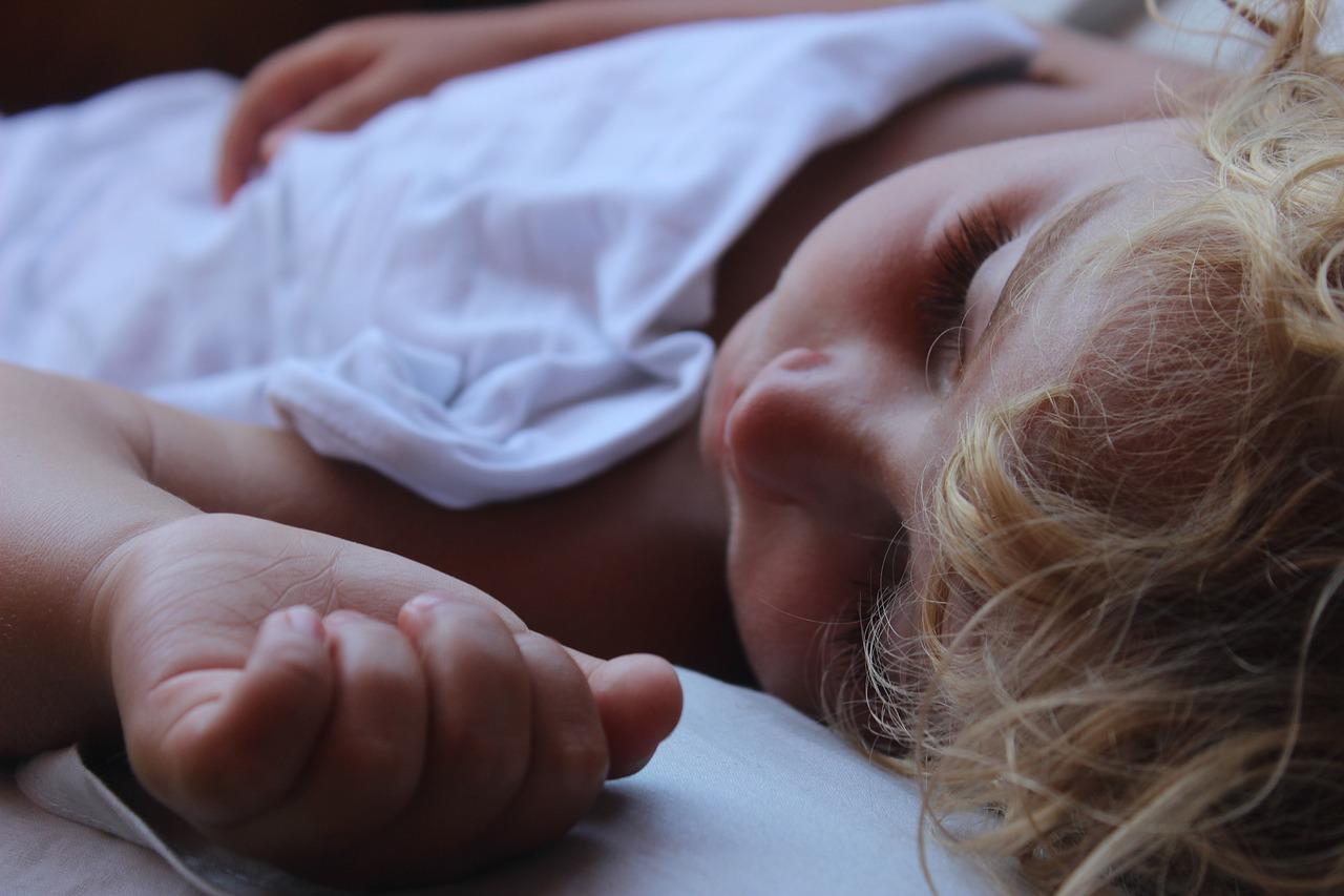 Nauka usypiania dziecka bez kołysania – praktyczne porady