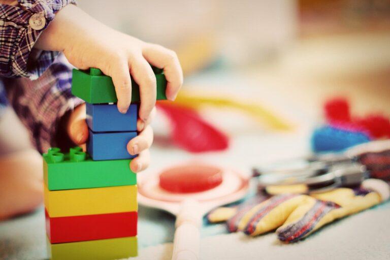 Jak nauczyć dziecko sprzątać swoje zabawki?