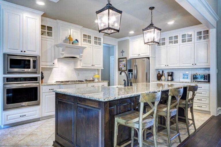 Stół kuchenny z krzesłami do małej kuchni