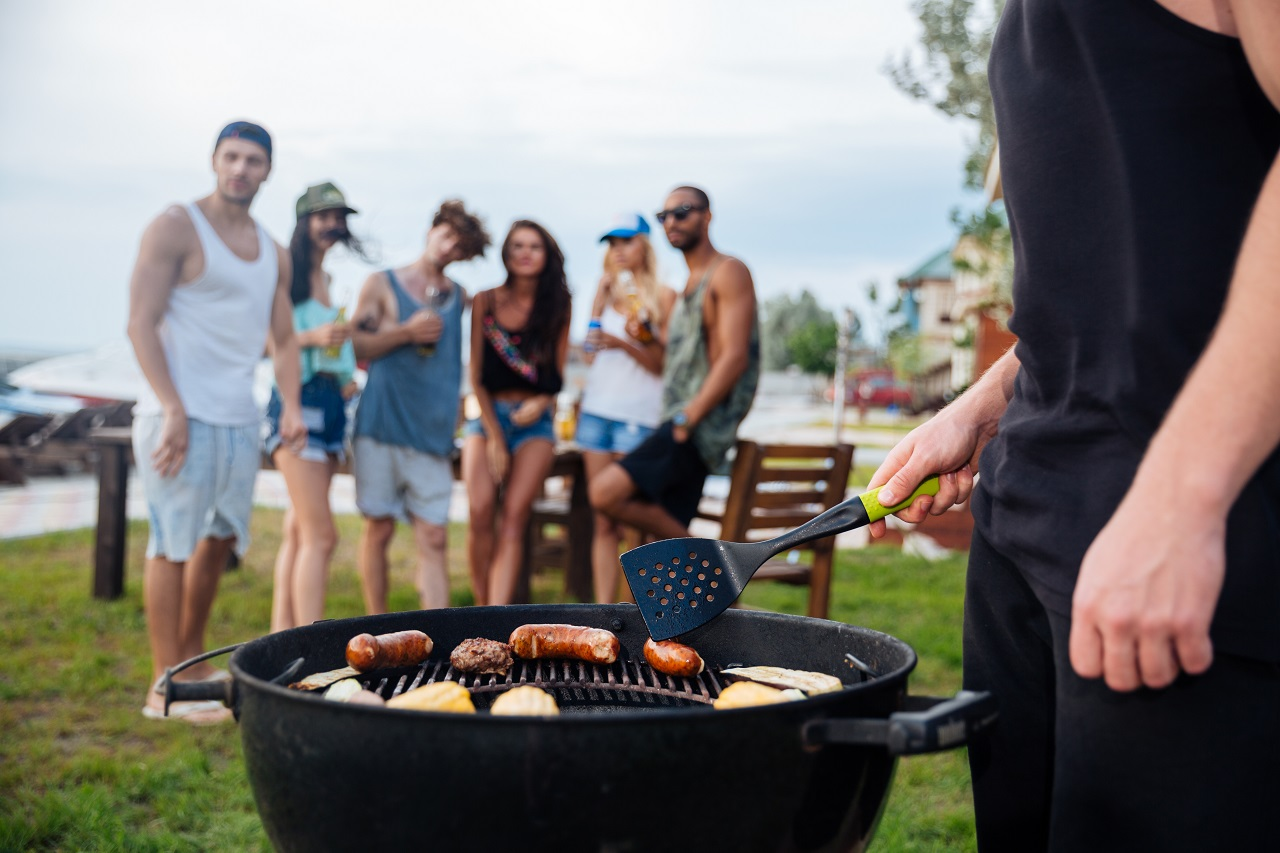 Grill party z przyjaciółmi – o co musisz zadbać, by dobrze przyjąć gości?