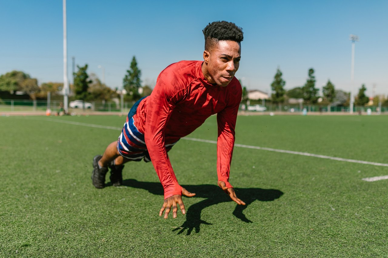 Męskie stroje sportowe. Jak wygodnie ubrać się na trening?